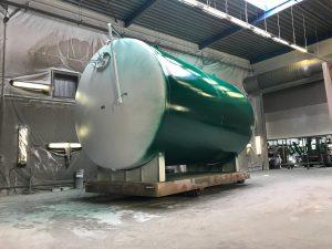 afbeelding over een opslagtank voor vloeibare kunstmest. Stralen en spuiten in een tweedaags verfsysteem